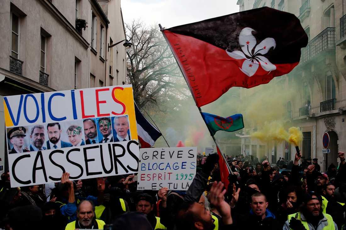 Flera journalister skadades av både polisens tårgas och demonstranter under masstrejker och demonstrationer mot presidenten Emmanuel Macrons reformer i Frankrike. Att journalister skadas under sin yrkesutövning har blivit vanligare enligt Reportrar utan gränser i takt med att misstron journalister ökat. Arkivbild.