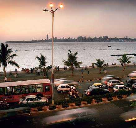 Kvällstrafik på Marine Drive, ett av stadens promenadstråk som är särskilt populärt i solnedgången.