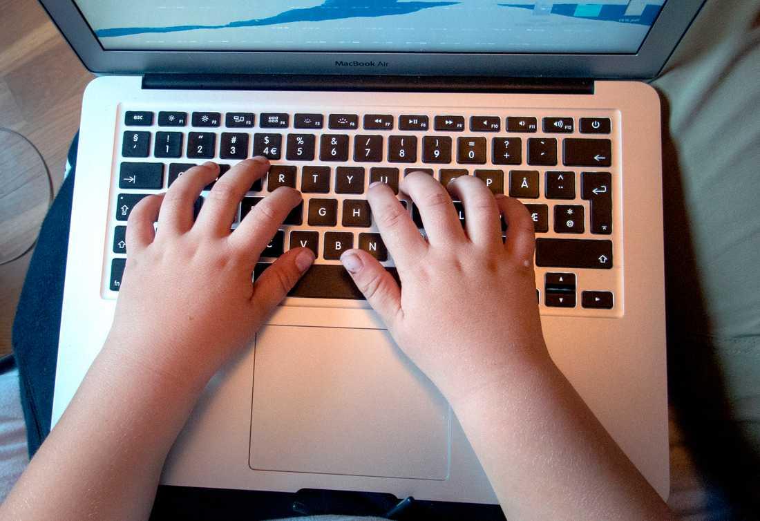 Barn i allt yngre åldrar delar övergrepp på andra barn på sociala medier. Arkivbild.