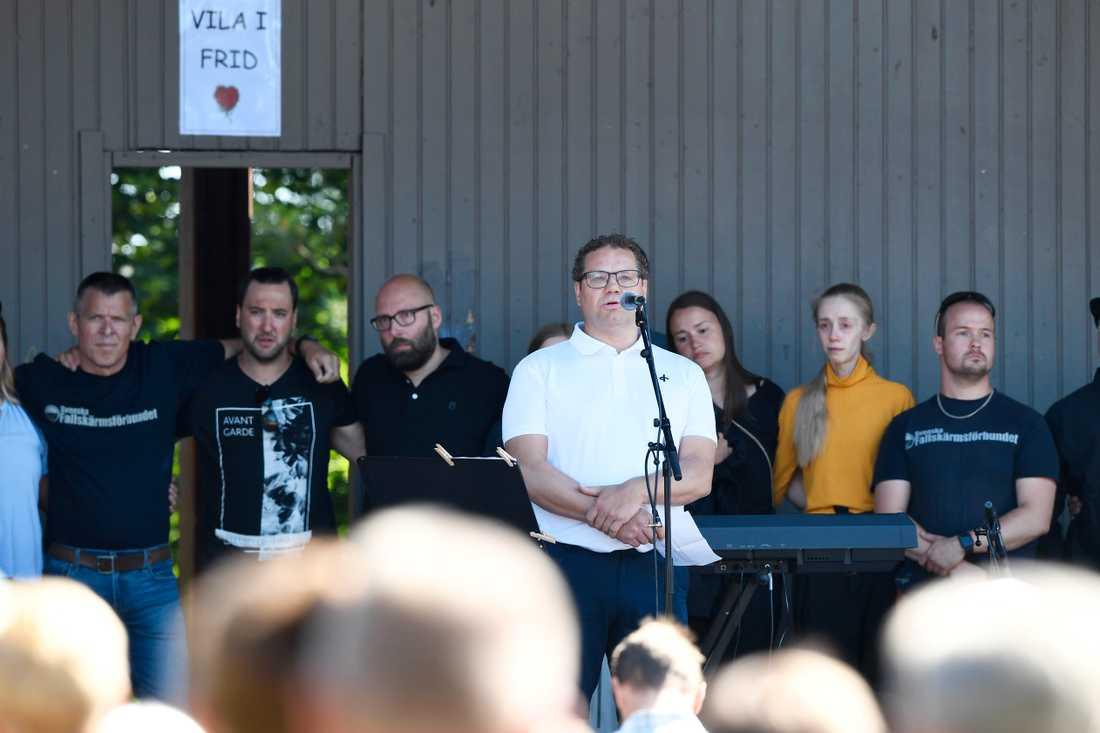 """""""Vi kommer minnas våra vänner som änglar"""", säger Johan Hellström, chefsinstruktör på Umeå fallskärmsklubb."""