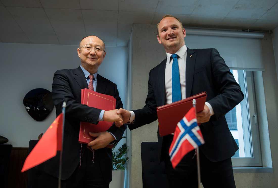 Norge levererar stora mängder tjursperma till Kina. Här skriver Norges tidigare lantbruksminister Jon Georg Dale och Kinas minister Zhi Shuping under ett tidigt avtal om detta. Arkivbild från 2017.