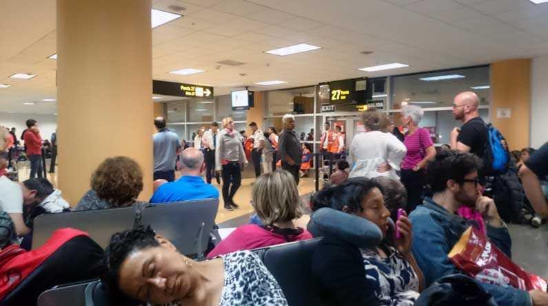 Alla ombord evakuerades efter bombhotet och bombgruppen kallades ut till flygplatsen i Lima för att undersöka planet