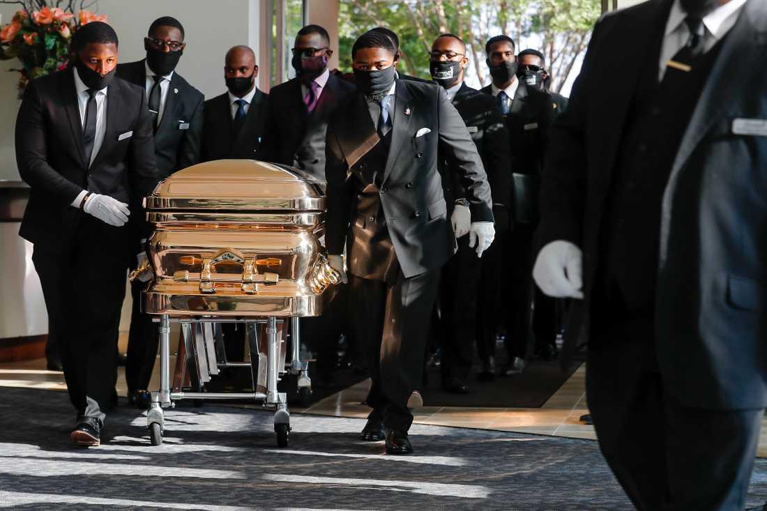 Kistan med George Floyds kvarlevor förs in till begravningskyrkan i Houston, Texas.