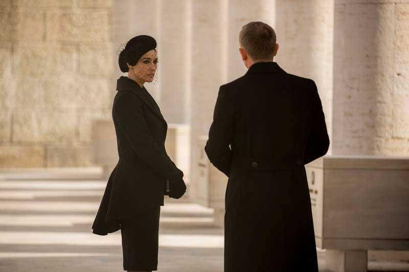 Monica Bellucci spelar Lucia Sciarra, maffiaänka som möter James Bond.