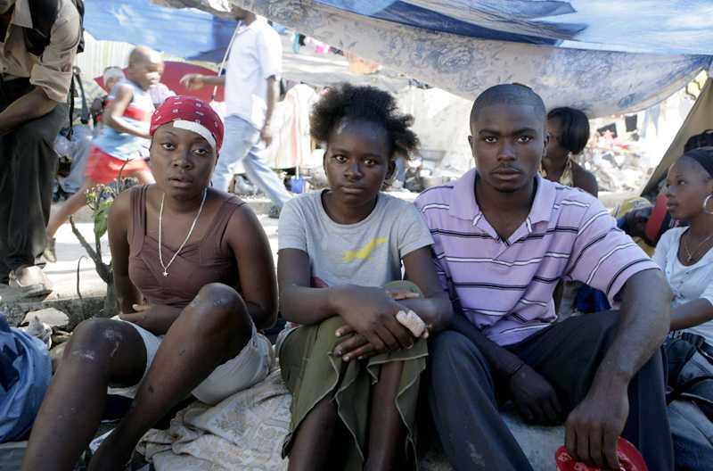 """""""Kan ingen hjälpa oss?"""" Syskonen Myrtha, 22, Celesin, 14 och Laurent, 18, överlevde raset i Haiti men förlorade allt de ägde. Allt vi har kvar är en mobiltelefon, berättar de."""
