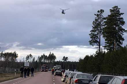Ambulanshelikoptern på väg att landa vid olycksplatsen norr om Tierp.