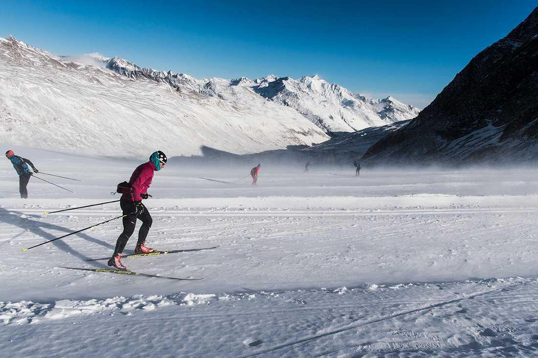 Charlotte Kalla tränar på egen hand uppe på Val Senales glaciär, 3000 meter över havet.