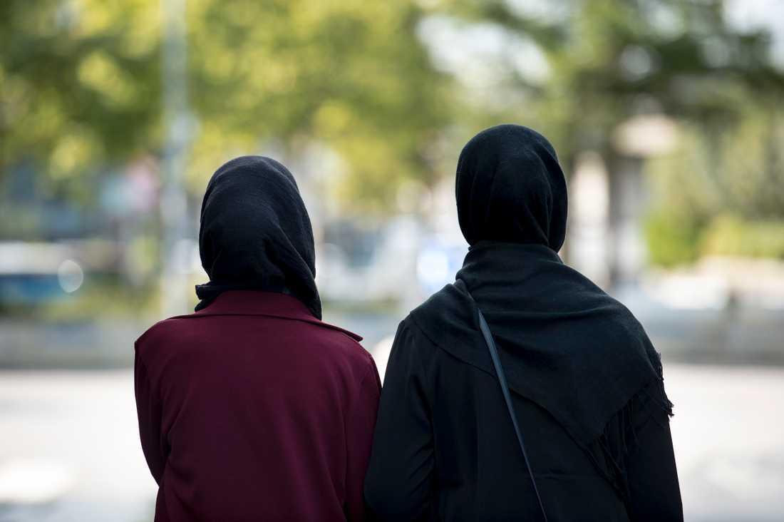 Kvinnor med huvudduk. Personerna på bilden har inget med texten att göra. (Arkivbild)