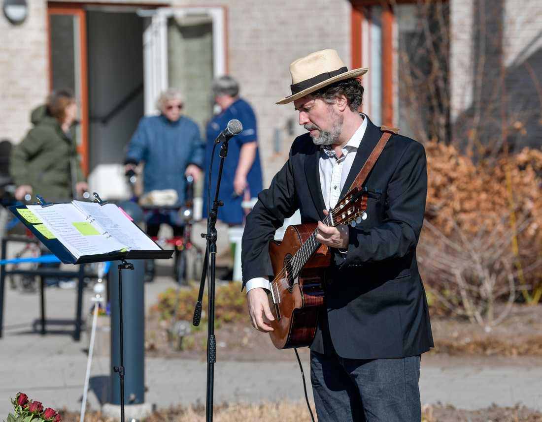 Trubaduren Mikael Edfelt underhåller med en utomhuskonsert på Attendos äldreboende i Täby.