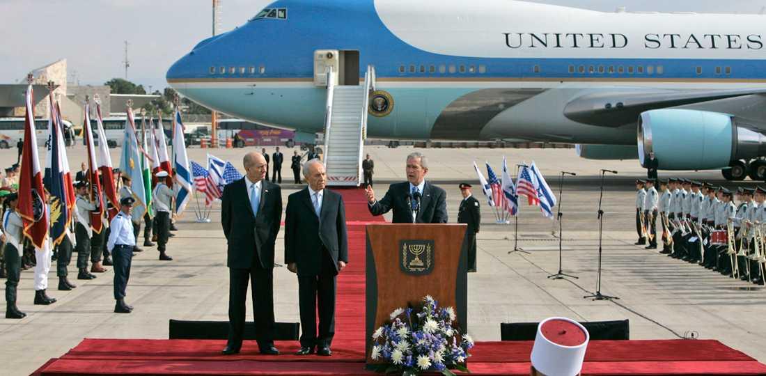 EGET FLYGPLAN. Israeliska ledare tog emot med pukor, trumpeter och en stor del av regeringen på plats på flygplatsen. Bush besöker Israel för första gången som president och valde att landa utanför Tel Aviv. Senast en amerikansk president var i Mellanöstern hette han Clinton. Året var 1998 och det amerikanska presidentplanet landade den gången på flygplatsen i Gaza. Samma år besökte även Bush Israel, då som guvernör i Texas, och skapade starka band med Israels dåvarande oppositionsledare Ariel Sharon.