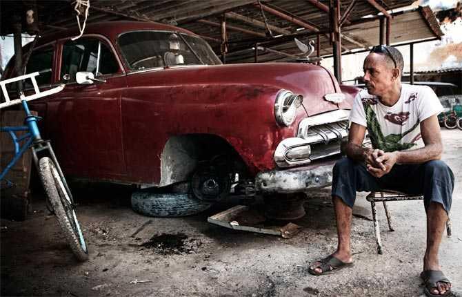 """""""I dag finns cirka 60000 klassiska bilar kvar på Kuba. Många av dem används som taxibilar. Allas stora problem – reservdelar."""""""