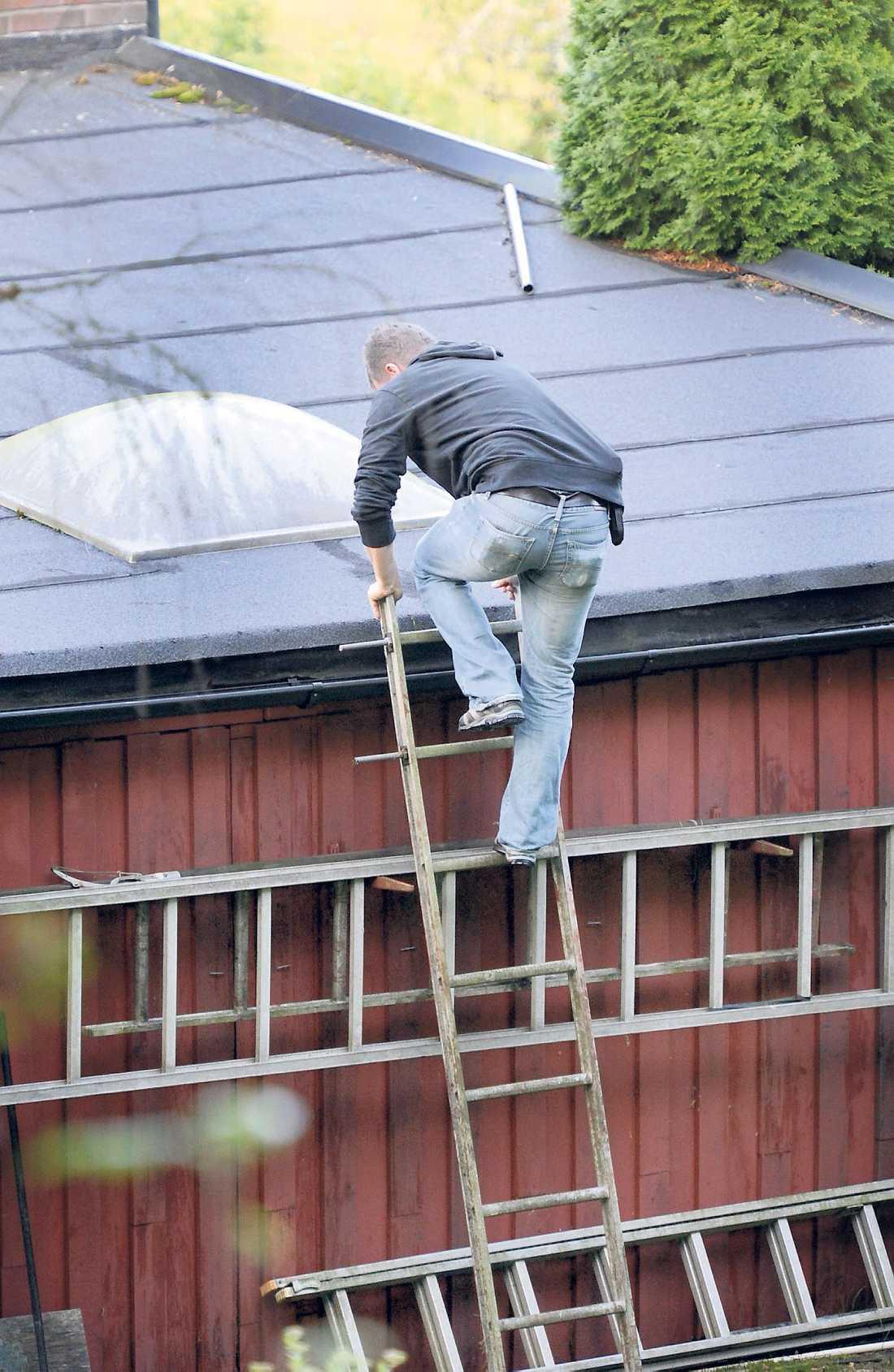 Polisens tekniker sökte igenom huset och tomten.