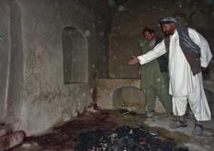 Ska hämnas Lokala bybor visar upp en av platserna där 16 civila dödades av – minst – en amerikansk soldat på söndagen. Nu svär talibanerna att hämnas.