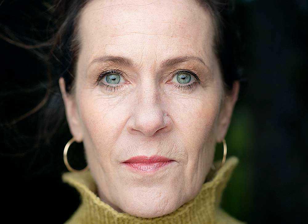 """Vigdis Hjorth (född 1959) skapade debatt i Norge med romanen """"Arv och miljö"""". Dramat om incest i högborgerlig miljö har tolkats som självbiografiskt. Men det avfärdar författaren själv."""
