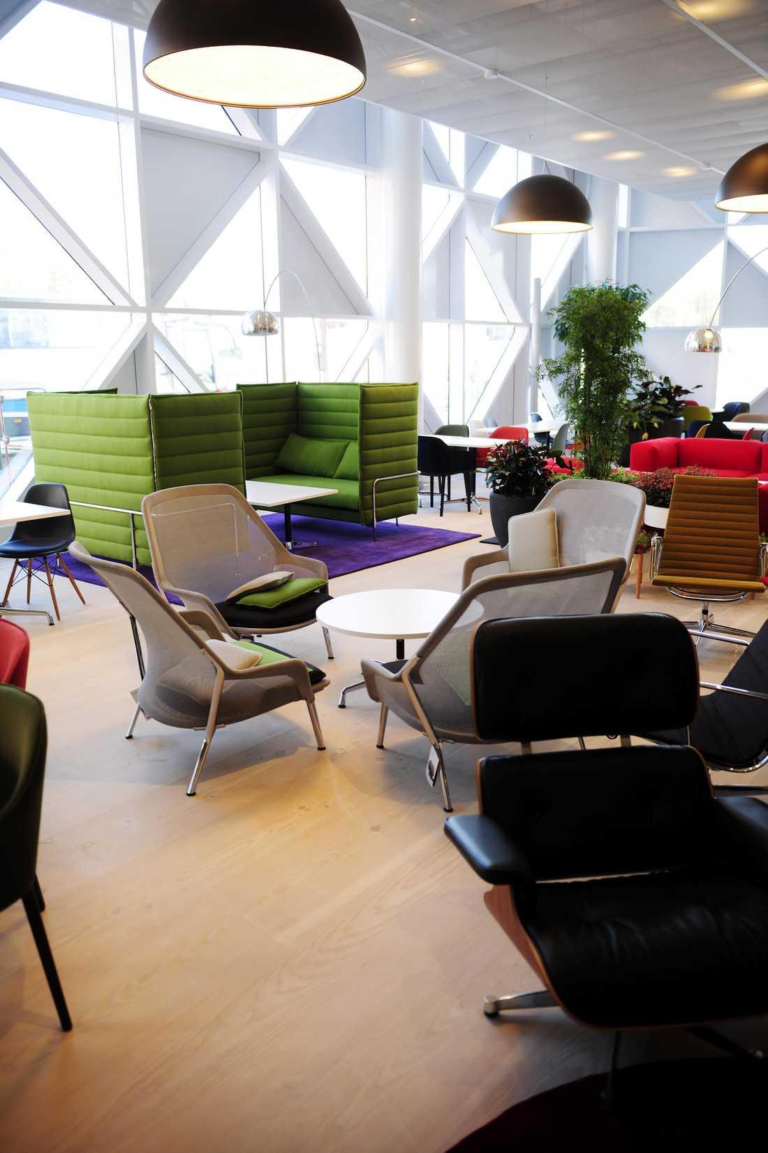 Lobbyloungen är ett färgsprakande landskap med massor av stolar i olika stilar och färger.