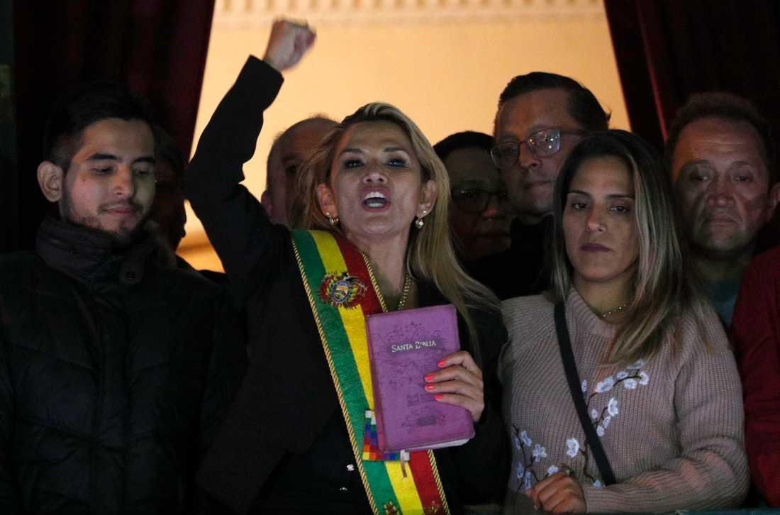 Jeanine Áñez pratar med sina anhängare efter att ha utropat sig själv som ställföreträdande president. På bilden bär hon Bolivias officiella presidentband.