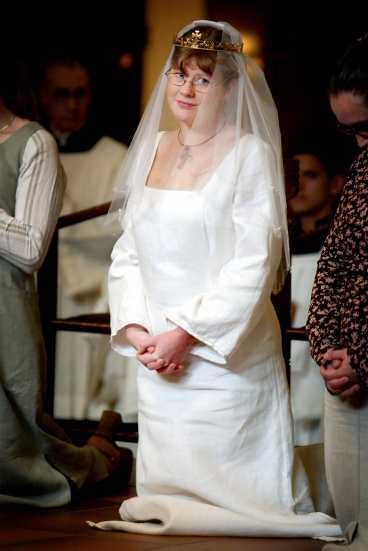 FÖRSTA kristi brud - på 500 år Eva Johansson knäböjer i Katolska domkyrkan i Stockholm sedan hon blivit Kristi brud, den första i Sverige sedan reformationen på 1500-talet. Hon har fått slöja, krona och en ring som bekräftelse.