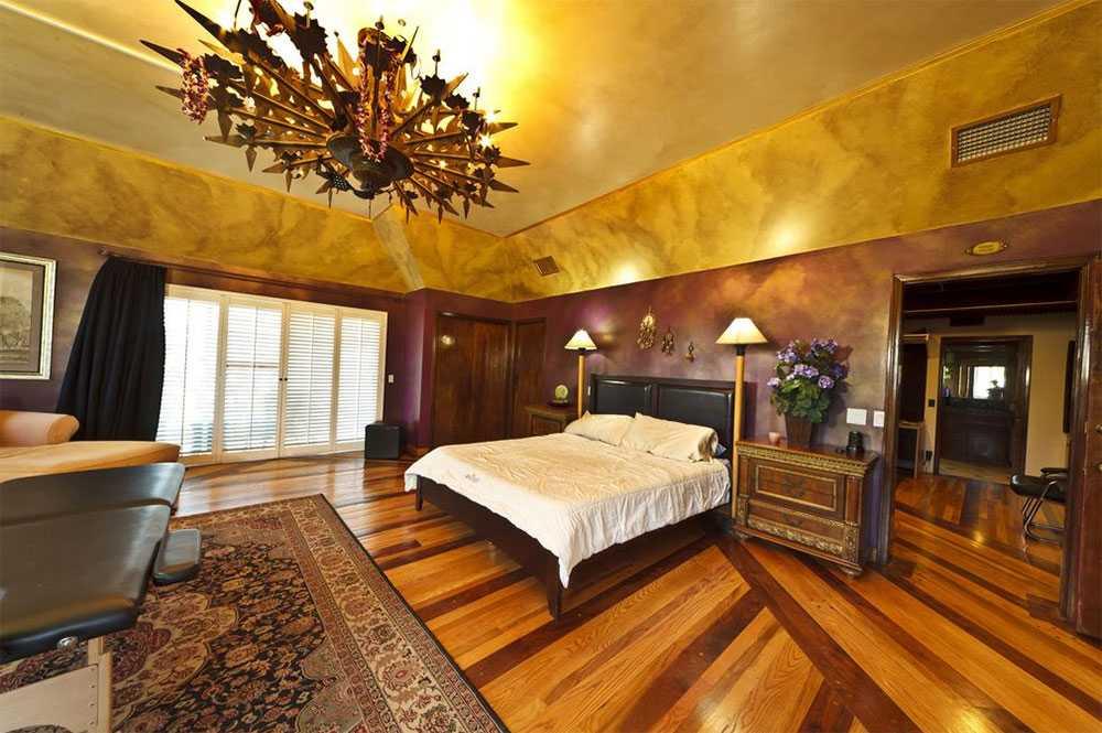 Pampigt sovrum som går i dova färger.