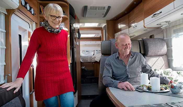 PÅ VÄG Carina och Allan Kristensen lämnade lägenheten och flyttade in i sin husbil. När de går i pension planerar de att ge sig ut på vägarna i sydeuropa under vinterhalvåret.