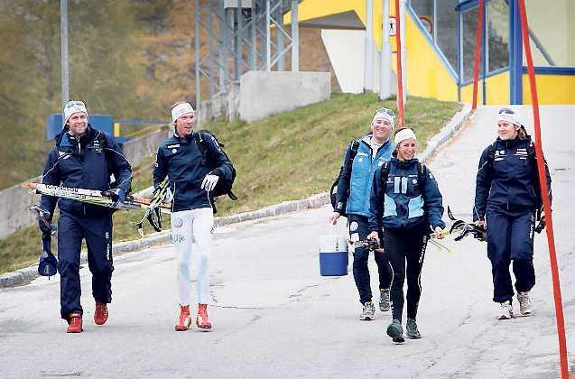 """11.20, lördag: Förmiddagspasset är avklarat och på väg ner till bilen skojar Johan Olsson med förbundskaptenerna, Anna Haag och Hanna Brodin. """"Vi är inte så uppdelade tjejer och killar. Vi är som en liten familj"""" säger Anna Haag."""