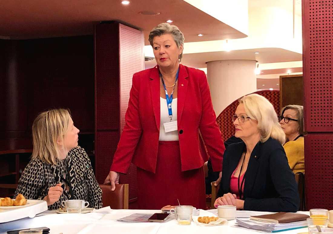 Tillträdande EU-kommissionären Ylva Johansson (mitten) tillsammans med S-ledamöterna Jytte Guteland (till vänster) och Heléne Fritzon (till höger) i EU-parlamentet i Strasbourg.