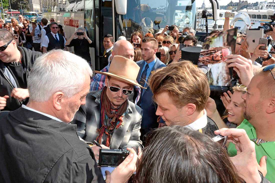 Johnny Depp skriver autografer utanför Grand Hôtel.