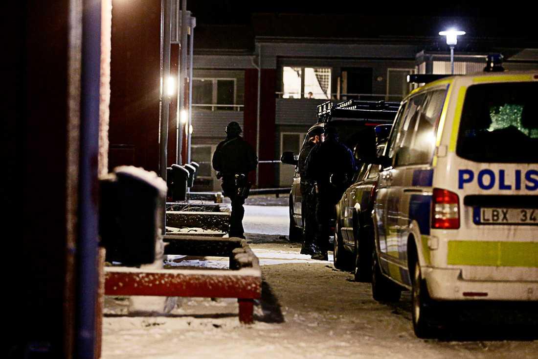 Polis utanför boendet.
