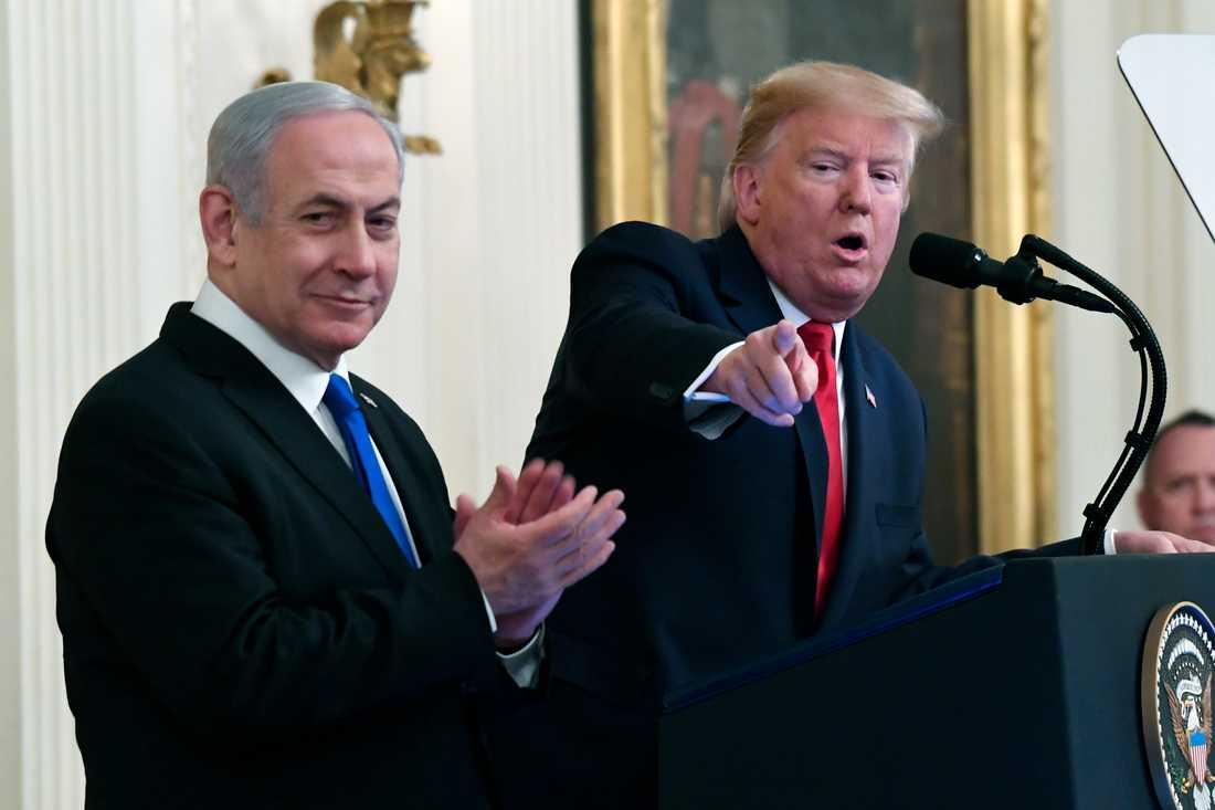 """""""Avtalet vi presenterar i dag är en fantastisk möjlighet för palestinierna att äntligen uppnå en egen oberoende stat. Det kan vara den sista chansen de har"""", sa Donald Trump under presskonferensen."""