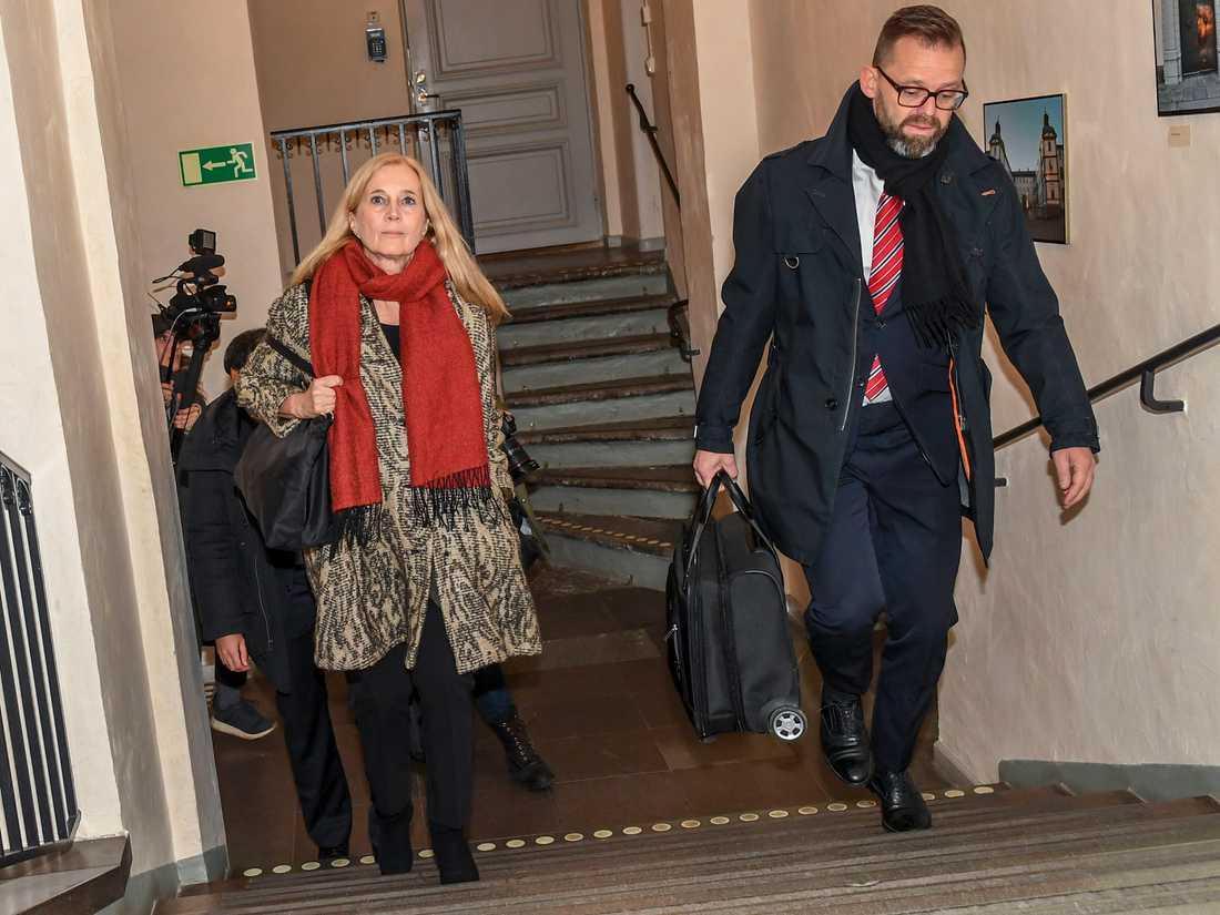 Poeten och akademiledamoten Katarina Frostenson anländer till hovrätten.