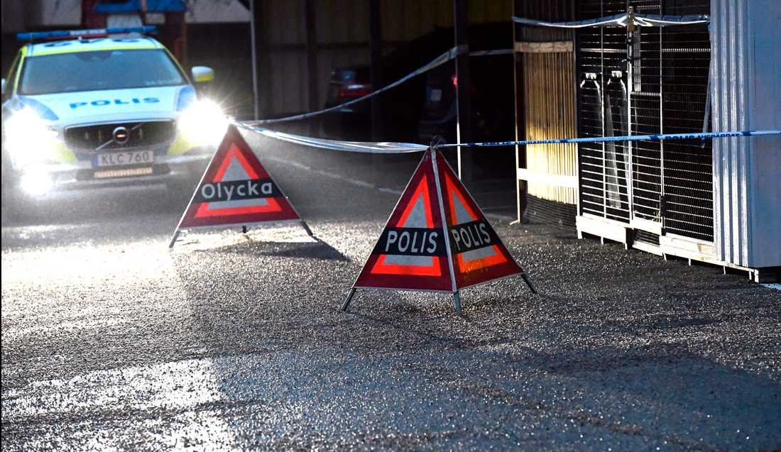 Polisen har gjort avspärrningar vid ett bostadsområde i Köping.