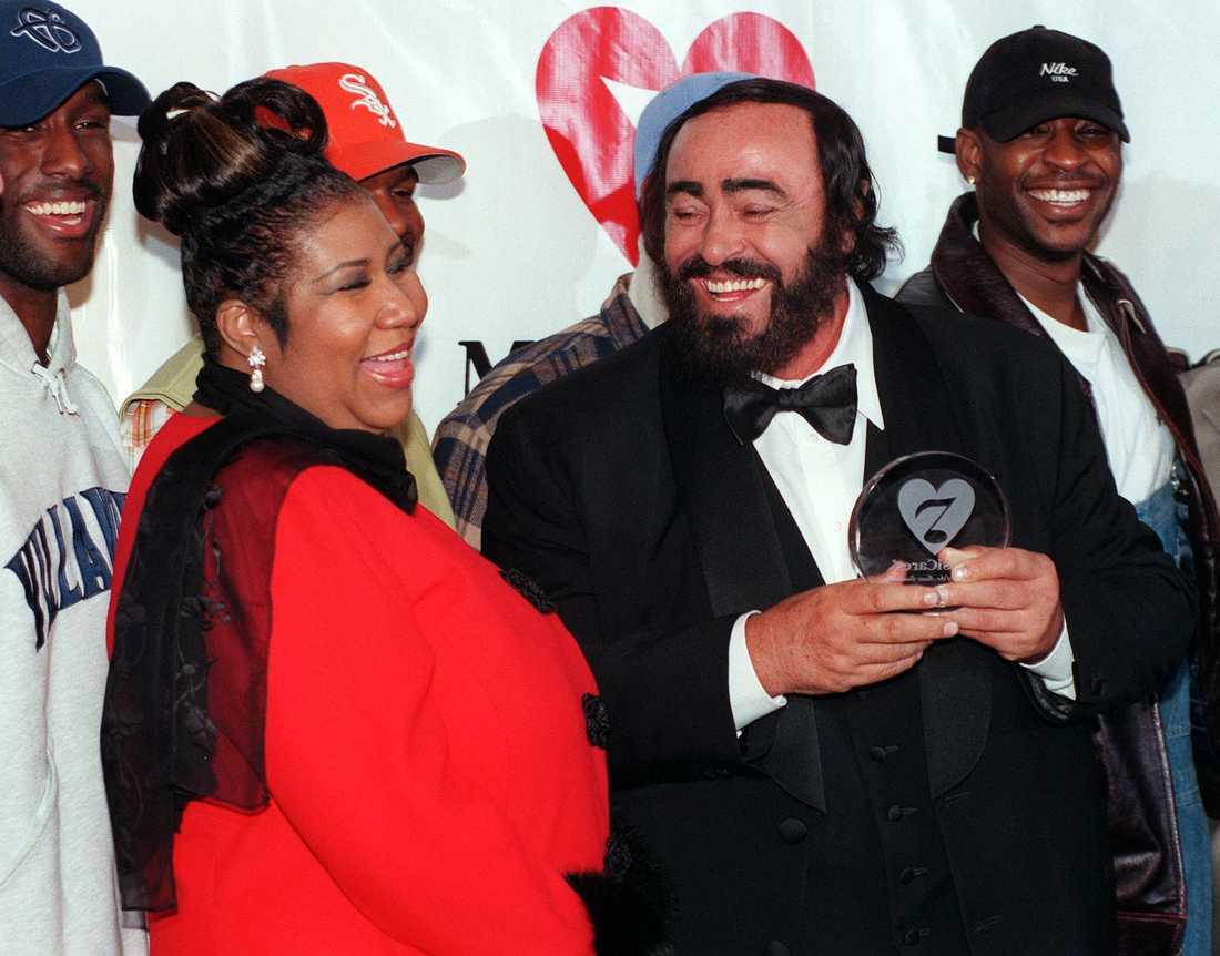 Tillsammans med supertenoren Luciano Pavarotti i februari 1998.
