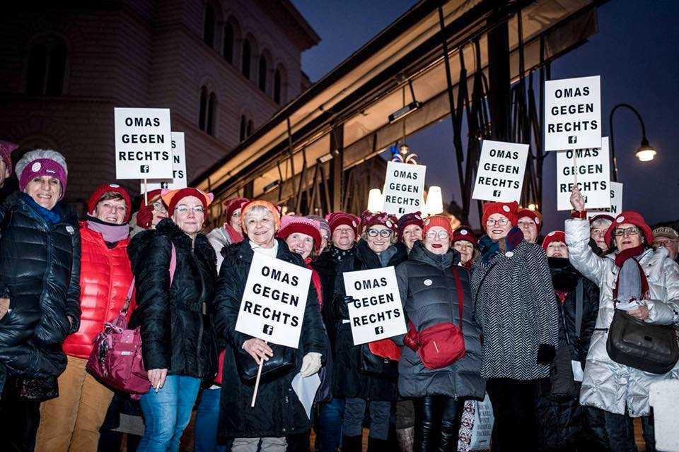 """Plattformen Omas gegen rechts – ungefär """"Mormödrar och farmödrar mot högern"""" – protesterar mot rasism och främlingsfientlighet i Österrike."""