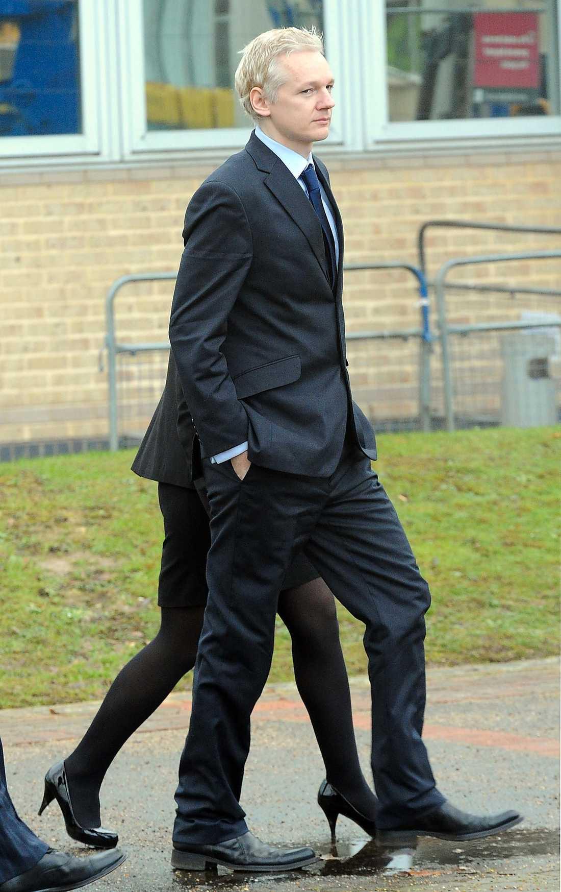 Julian Assange på väg från rätten i London i går.