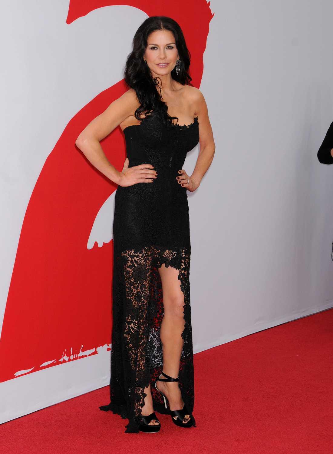 """Catherine Zeta-Jones I Los Angeles på premiären av """"Red 2"""" dök Catherine Zeta-Jones upp vackrare än någonsin efter att frivilligt ha lagt in sig för sin psykiska ohälsa i april. Välkommen tillbaka!"""
