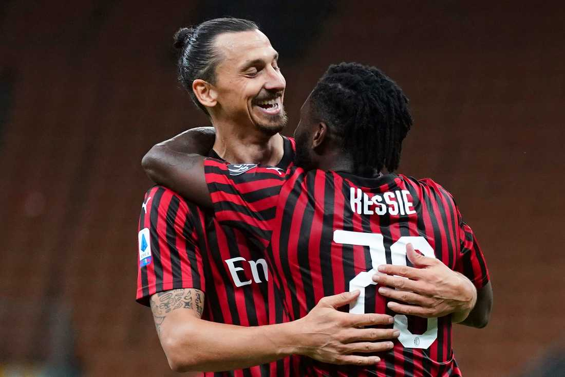 Zlatan Ibrahimovic grattas av Franck Kessie till målet mot Juventus i tisdags.