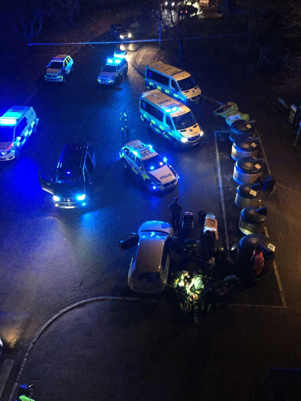 Både polis och ambulans är på platsen.