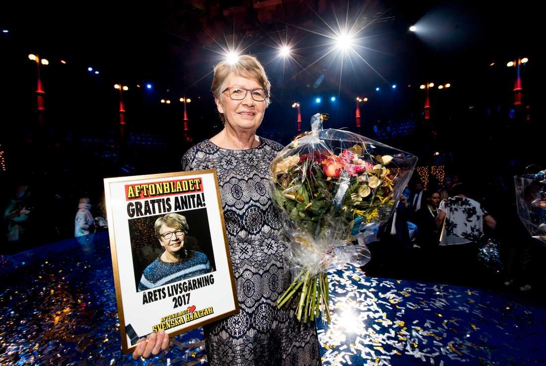 Applåderna och jublet ville aldrig ta slut när Anita Nyström, 70, tilldelades priset Årets Livsgärning. Hon får det för att i trettio år ha hjälpt familjer med svårt sjuka barn. Hennes egen dotter Annika gick bort i cancer när hon var 19.