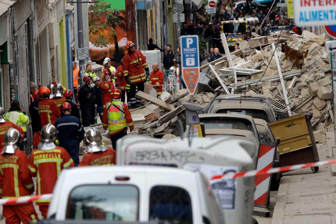 Räddningspersonal vid de två kollapsade husen i Marseille.