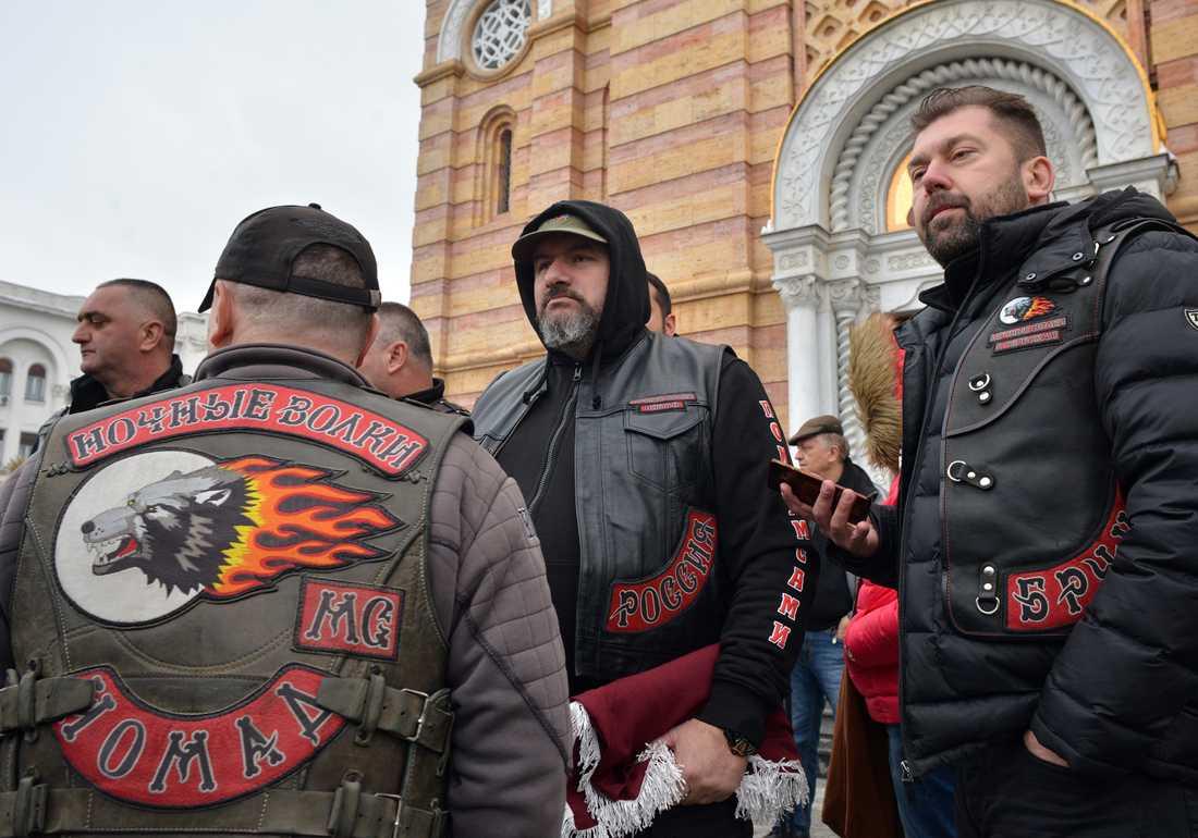 Medlemmar av det ryska mc-gänget Night Wolves står utanför en ortodox kyrka i Bosnien, under sin turné runt Balkan. Enligt experter är mc-gänget en del av Rysslands propagandamaskineri, med uppgift att finna allierade för de ryska målen. Bilden är från 21 mars, 2018.