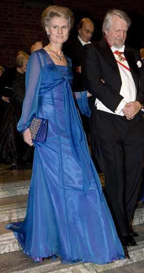 Anna Maria Corazza Bildt Hon ser svalt stilig ut i denna iögonfallande blå nyans. Kuvertväskan ser festlig ut, jag hade gärna sett den på nära håll. Det är svårt att bedöma hur den ser ut. Betyg: 3/5