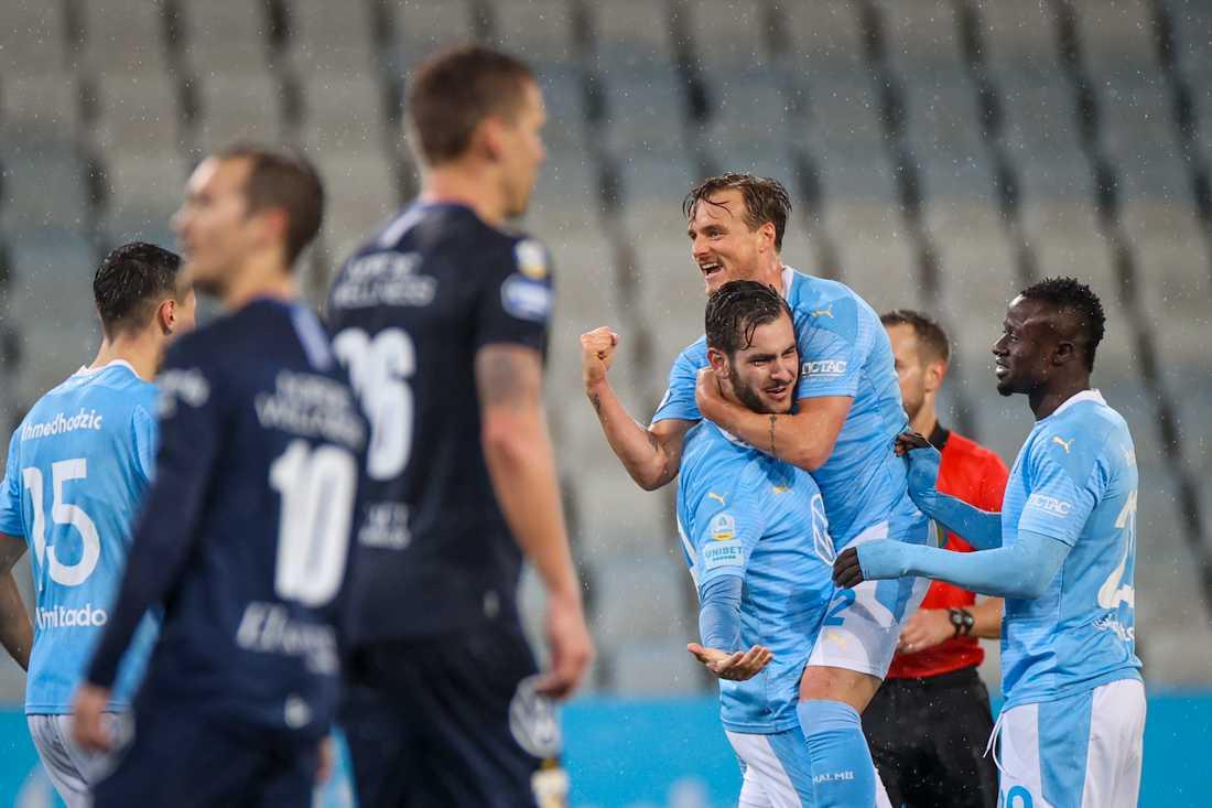 Malmö FF:s Adi Nalic jublar med Eric Larsson och Bonke Innocent efter att IFK Göteborgs mittback André Calisir styrt in ett avslut från Nalic fram till 3–1.