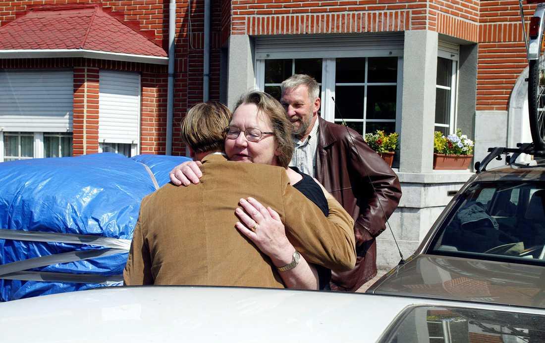Marit Paulsen flyttar hem från Bryssel 2004 och kramar om Christian Juliusson. I bakgrunden hennes man Sture.