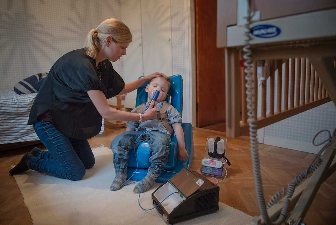"""""""Olof, 2, måste övervakas varje minut. Han har en mycket svår epilepsi som han kan dö av. Här inhalerar han luftrörsvidgande medicin med hjälp av sin mamma Karolina Hermansson."""