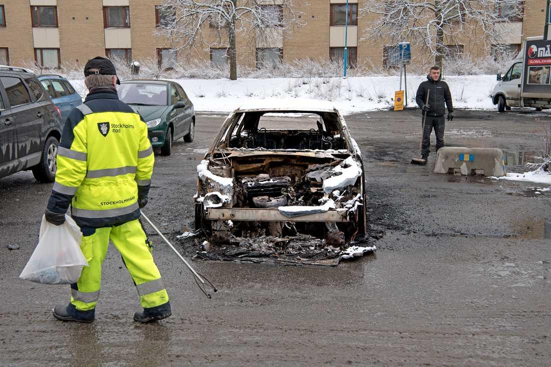 Rinkeby dagen efter stenkastningen mot polis och bilbränder.