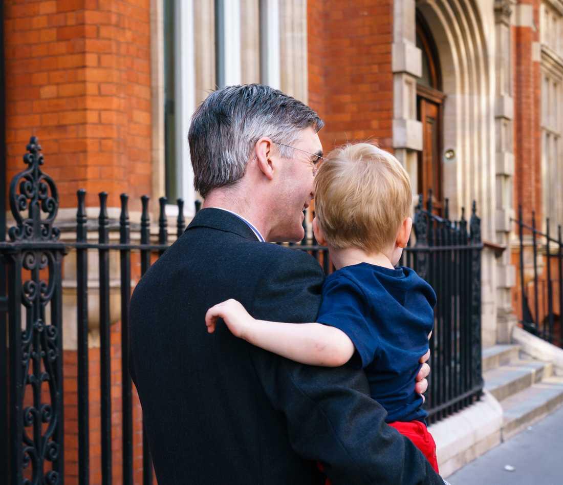 Toryledamoten Jacob Rees-Mogg har tagit med sig sonen Alfred för att rösta på det konservativa partiet.