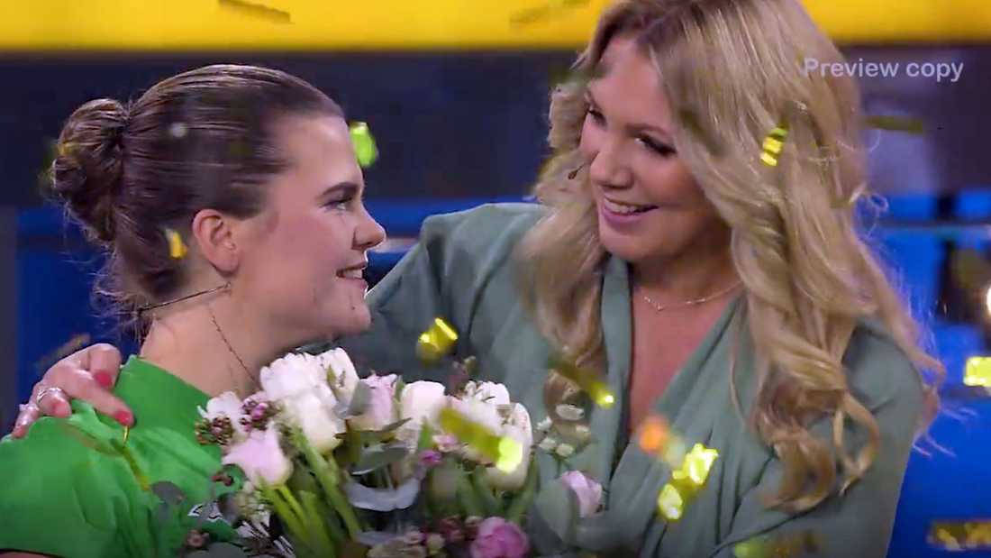 Malin Öström grattas av programledaren Anna Brolin.