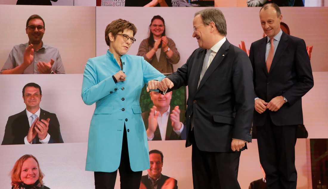 Annegret Kramp-Karrenbauer blev CDU-ledare i december 2018 och meddelade att hon skulle avgå i februari 2020. Här gratulerar hon sin valde efterträdare Armin Laschet. I bakgrunden står den besegrade kandidaten Friedrich Merz.