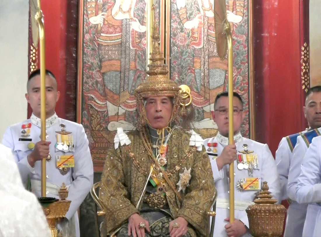 Thailands Maha Vajiralongkorn är krönt till kung RamaX.
