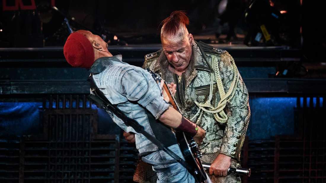 Rammstein på Stadion. Sångaren Till Lindemann och gitarristen Paul H. Landers.
