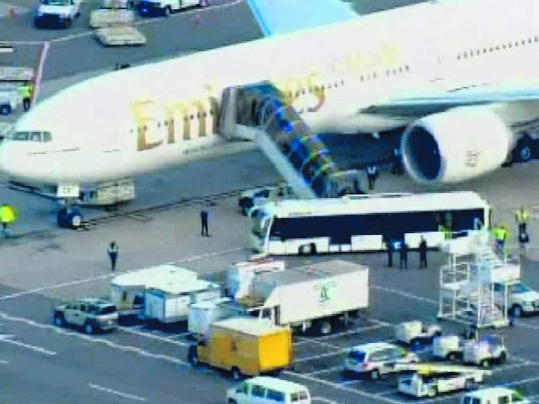 """eskorterades av jaktplan Här ses passagerare lämna ett plan från Förenade Arabemiraten i går. Planet fick eskort av jaktplan under inflygningen till JFK-flygplatsen i New York under eftermiddagen. """"Det var en ren försiktighetsåtgärd"""", säger en myndighetskälla till CNN."""